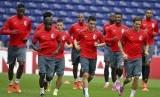 Pemain Lille melakukan pemanasan saat menggelar sesi latihan di Stadion Dragao, Porto, Senin (25/8).