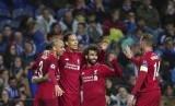 Pemain Liverpool Virgil van Dijk merayakan kemenangan dengan rekan timnya setelah mencetak gol keempat di pertandingan Liga Champions antara Liverpool melawan FC Porto di Stadium Dragao, Porto, Portugal, Kamis (18/4).