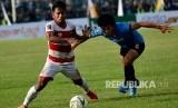 Pemain Madura United Andik Vermansah (kiri) berebut bola dengan pemain Persela Kei Hirose dalam pertandingan babak delapan besar Piala Presiden 2019 di Stadion Surajaya Lamongan, Jawa Timur, Ahad (31/3/2019).