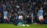Pemain Manchester City Raheem Sterling (tengah) dan Kevin De Bruyne (kanan) bereaksi setelah dikalahkan Tottenham di Liga Champions, di Stadium Etihad, Manchester, Inggris, Kamis (18/4).