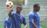 Pemain naturalisasi, Greg Nwokolo (kiri) dan Victor Igbonefo, mengikuti training camp (TC) timnas di Stadion Manahan, Solo, Selasa (1/11).
