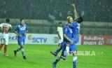 Pemain Persib Bandung Serginho van Dijk dan Febri Hariyadi melakukan selebrasi gol pada sebuah laga Piala Presiden 2017. Besok bisa jadi debut Van Dijk di Liga 1 saat Persib menjamu Pusamania Borneo FC di Stadion Gelora Bandung Lautan Api.