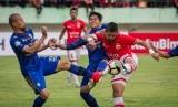Pemain Persija Jakarta Bambang Pamungkas (kanan) menendang bola namun diadang pemain Persib Bandung Supardi (kiri) dan pada pertandingan Liga I musim 2017.