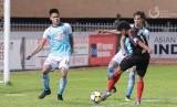 Pemain Persipura Imanuel Wanggai mencoba melepas tendangan saat diadang pemain Madura United.