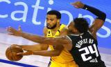 Pemain Sacramento Kings Buddy Hield (kanan) menahan gerak guard Los Angeles Lakers Talen Horton-Tucker dalam pertandingan NBA di Lake Buena Vista, Florida, AS, Jumat (14/8) WIB.