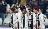 Pemain sayap Juventus Douglas Costa (ketiga kiri) merayakan golnya ke gawang Chievo.