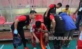 Pemain Semen Padang FC tak kuasa meluapkan kesedihannya setelah timnya dipastikan terdegradasi ke Liga 2 tahun 2018 nanti.