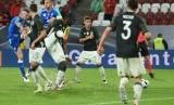 Pemain Slovakia Juraj Kucka (kiri) mencetak gol ke gawang Jerman dalam laga uji di WWK-Arena, Augsburg, Senin (30/5) dini hari WIB