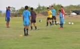Pemain SSB Kutuh U-12 berlatih di Lapangan Krida Manggala I Ketut Lotri  Desa Kutuh, Badung, Bali, Jumat (17/5/2019). Mereka berlatih menjelang Badung International Football Championship pada Agustus-Desember 2019 di lapangan yang dibangun dengan dana desa dan swadaya masyarakat ini.