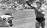 Pemain Timnas Argentina, Diego Maradona (kanan), melakukan selebrasi usai menjebol gawang Inggris di perempat final Piala Dunia 1986 di Mexico City, Mexico, 22 Juni 1986.