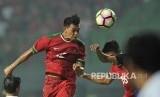 Pemain timnas Indonesia Lerby Eliandry melepaskan sundulan kearah gawang Kamboja dalam laga uji coba di Stadion Patriot Chandrabhaga, Bekasi, Rabu (4/10).