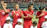 Pemain Timnas Indonesia usai menyanyikan lagu kebangsaan Indonesia Raya jelang partai semifinal leg pertama Piala AFF 2016 di sation Pakansari Cibinong, Bogor.