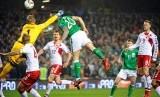 Pemain Timnas Irlandia, Dhane Duffy (tengah), melepaskan sundulan menjebol gawang Denmark dalam leg kedua babak playoff Zona Eropa kualifikasi Piala Dunia 2018 di Dublin, Irlandia, pada Selasa (14/11).