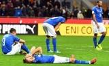 Pemain Timnas Italia 'bertumbangan' usai gagal lolos ke putaran final Piala Dunia 2018 setelah ditahan imbang Swedia 0-0 di leg kedua babak playoff Zona Eropa di Stadion Giuseppe Meazza, Milan, Italia, Senin (13/11).