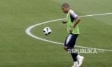 Pemain Timnas Prancis Kylian Mbappe Menontrol Bola Saat pada sesi latihan di Allianz Riviera stadium Nice Prancis.