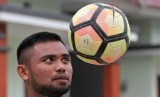 Pemain timnas Saddil Ramdani memainkan bola di depan rumahnya di Kelurahan Kadia, Kecamatan Kadia, Kendari, Sulawesi Tenggara, Sabtu (5/1/2019).