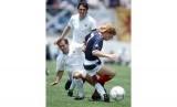 Pemain Uruguay, Jose Batista (kiri), menjegal pemain Skotlandia, Gordon Strachan, dalam laga Piala Dunia 1986.
