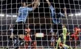 Pemain Uruguay, Luis Suarez (kiri) menghentikan bola dengan tangannya, membuat ia diganjar kartu merah dan kesempatan tendangan pinalti bagi Ghana, yang gagal dieksekusi oleh Asamoah Gyan.
