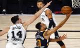 Pemain Utah Jazz Nigel Williams Goss mencoba memasukkan bola, dijaga pemain San Antonio Spurs Drew Eubanks dalam laga terakhir musim reguler NBA di Lake Buena Vista, Florida, AS.