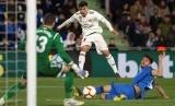 Peman Rea Madrid Brahim Diaz (putih) melepaskan tendangan saat melawan Getafe.