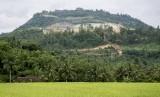 Walhi: Hukum Indonesia Belum Jangkau Pelanggaran Lingkungan. Foto ilustrasi pemandangan bukit yang rusak akibat aktivitas penambangan di Desa Sirnaresmi, Gunungguruh, Sukabumi, Jawa Barat.
