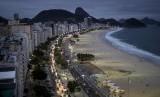 Pemandangan hotel dan apartemen di sepanjang pantai Copacabana, Rio de Janeiro, Brasil.