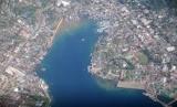 Pemandangan Kota Manokwari, Provinsi Papua Barat dari udara. Dana otsus untuk Papua Barat terkendala pengirimannya karena wabah corona jenis baru.