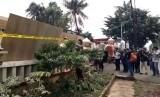 Pemasangan garis polisi di depan kantor Mapolsek, Ciracas, Jakarta Timur
