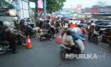 Pemasangan pembatas jalan di Jalan Natuna-Jalan Sunda untuk memperlancar arus lalu lintas dalam rekayasa jalan di sejumlah ruas jalan, di Kota Bandung.