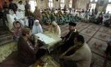 Mahasiswa Mualaf akan Dikirim Belajar ke Timur Tengah. Foto: Pembacaan syahadat oleh calon mualaf (ilustrasi).