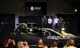 Pembalap Nico Hulkenberg  dan Daniel Ricciardo berpose di dekat mobil baru pada peluncuran musim Tim F1 Renault 2019 di Whiteways Technical Center, di Oxford, Inggris, Selasa (12/2/2019).