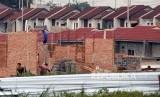 Pembangunan rumah subsidi di kawasan Bojong Gede, Bogor, Jawa Barat, Jumat (5/10).