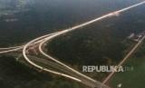 Pembangunan Tol Trans Sumatra di Deli Serdang, Sumatra Utara, Jumat (19/8). PT Hutama Karya (Persero) sebagai pelaksana proyek Jalan Tol Trans Sumatera optimistis Jalan Tol Trans Sumatera bisa tersambung dalam lima tahun mendatang.