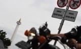 Pembatasan sepeda motor di kawasan Monas, Jakarta Pusat.