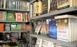 Pembeli memilih buku Islami di salah satu toko buku agama di Jakarta, Rabu (26/8).