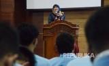Pembicara utama Guru Besar Fakultas Ilmu Komunikasi, Prof Atie Rachmiatie menyampaikan paparannya pada acara Seminar Penelitian Nasional Sivitas Akademika Universitas Islam Bandung (Spesia Unisba) 2020, di Aula Unisba, Jalan Tamansari, Kota Bandung, Kamis (30/1).