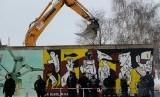 Pembongkaran Galeri Timur (east side gallery) Tembok Berlin dijaga 250 personel polisi.