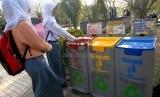 Sebanyak 84 sekolah di Surabaya tidak menggunakan kemasan sekali pakai. Foto ilustrasi pemilihan sampah.