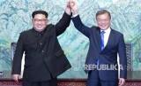 Pemimpin Korea Utara Kim Jong-un (kiri) dan Presiden Korea Selatan Moon Jae-in.