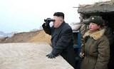 Pemimpin Korea Utara Kim Jong Un menggunakan teropong untuk melihat wilayah Selatan dari pos pengamatan militer di wilayah perbatasan Korut dan Korsel.