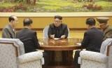 Pemimpin Korea Utara Kim Jong Un (tengah) saat mengadakan pertemuan presidium partai berkuasa. Korea Utara mengklaim