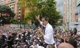 Pemimpin oposisi Venezuela Juan Guaido berbicara kepada pendukungnya saat unjuk rasa memperingati Hari Kemerdekaan Venezuela di Caracas, Venezuela.