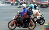 Pemudik penguna roda dua melintas dipersimpangan MM Bekasi kota, Jawa Barat, Rabu (22/7).