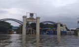 Pemukiman warga di Gedebage, Bandung terendam banjir. Kepala Dinas PU Kota Bandung menduga banjir terjadi karena resapan air yang berkurang.