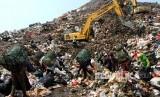 Pemulung beraktivitas di area zona Tempat Pengolahan Sampah Terpadu (TPST) Bantar Gebang, di Bekasi, Jawa Barat, Jumat (21/6/2019).