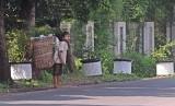 Pemulung cilik berjalan saat mencari sisa sampah di daerah Pondok Gede, Jakarta Timur, Jumat (16/5). Bank Dunia melaporkan sekitar 870 juta orang hidup sangat miskin di negara dunia dan jaminan sosial adalah salah satu upaya efektif mengakhiri kemiskinan p
