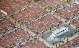 Penampakan hamparan karpet dan sisa tenda jamaah haji di  Arafah dari udara, Senin (12/8). Pergerakan manusia di Makkah, Mina dan Arafah selama pelaksanaan ibadah haji tecatah sebagai yang termasif di dunia. Jutaan manusia bergerak dari dan ke tiga tempat ini hanya dalam waktu 2-3 hari