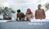 Penandatanganan prasasti Elcorps Building oleh Wali Kota Bandung Oded M Danial dan CEO Elcorps Elidawati Alioemar, di kawasan Cigondewah, Kota Bandung, Kamis (18/7).