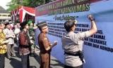Penandatatanganan deklarasi Pemilu Damai di sela upacara  gelar pasukan untuk pengamanan Pemilu 2019 di Alun-alun Kota Purwokerto.