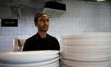 Pencari suaka asal Eritrea, Teklit Michael, 29 tahun, bekerja di dapur sebuah restoran di Tel Aviv.